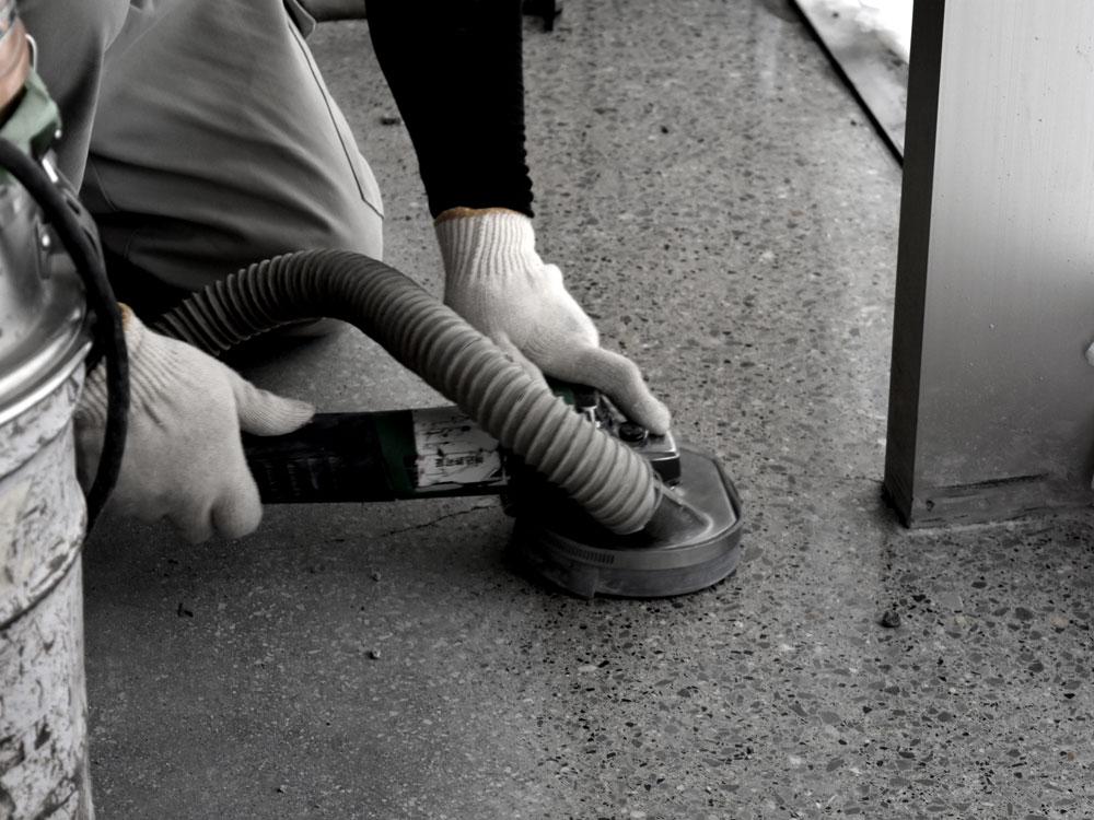 石材を磨き上げる研ぎ出しテラゾー
