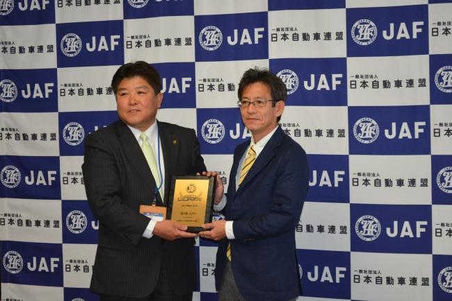 村岡隆明えびの市長(左)と百野正剛JAF宮崎支部長(右)