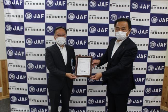 宣言証授与(左)JAF熊本支部 鬼塚所長(右)県森連 三原専務