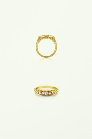 ヤドリギのレリーフと繊細な輝きを放つローズカットのダイヤモンドがクラシカルな雰囲気を醸し出す。K18, ダイヤンド 180,000yen~