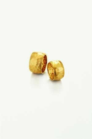 古代のジュエリーをイメージしたリングは、ひとつひとつ叩いて仕上げた同じものが二つとない表情が特徴。K18 156,000yen~