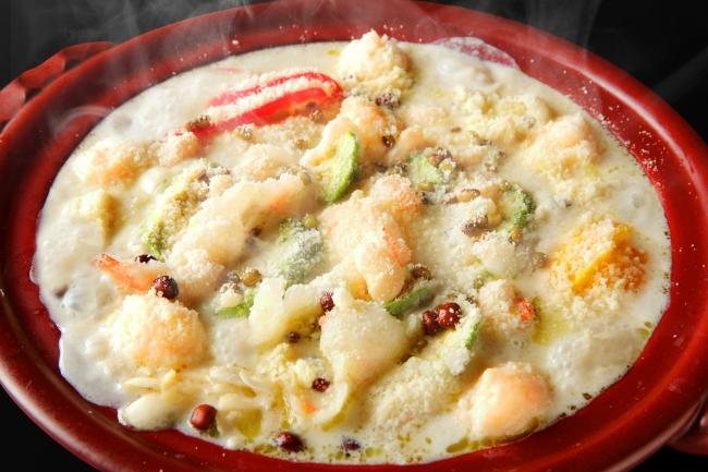 チーズたっぷり海老とアボカドのアーモンドミルク鍋