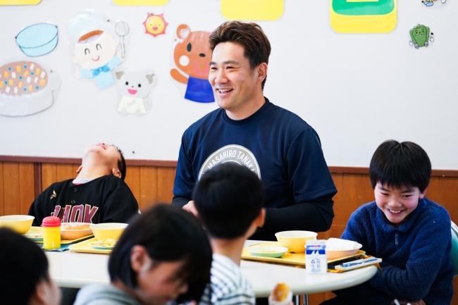 子どもたちと給食を食べる田中将大選手