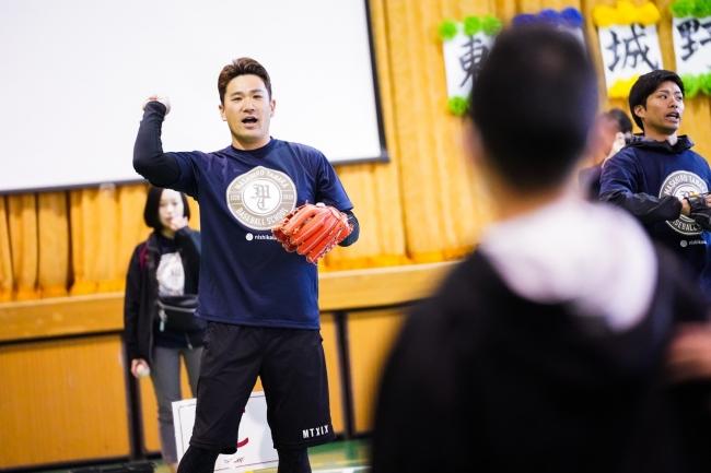 子どもたちとキャッチボールをする田中将大選手