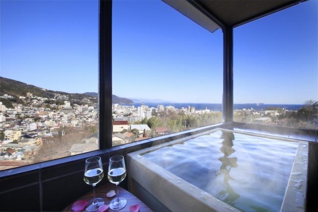 伊東の街並みを一望の展望風呂付き客室