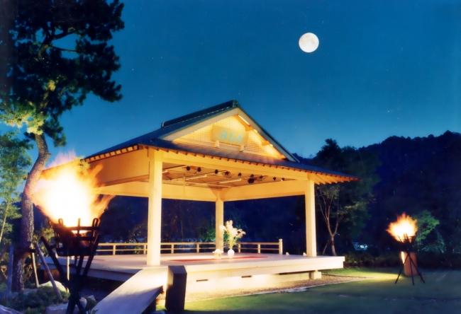 日本庭園内にある月花殿