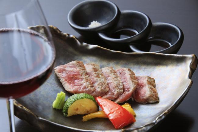 メインのステーキは熱々で提供