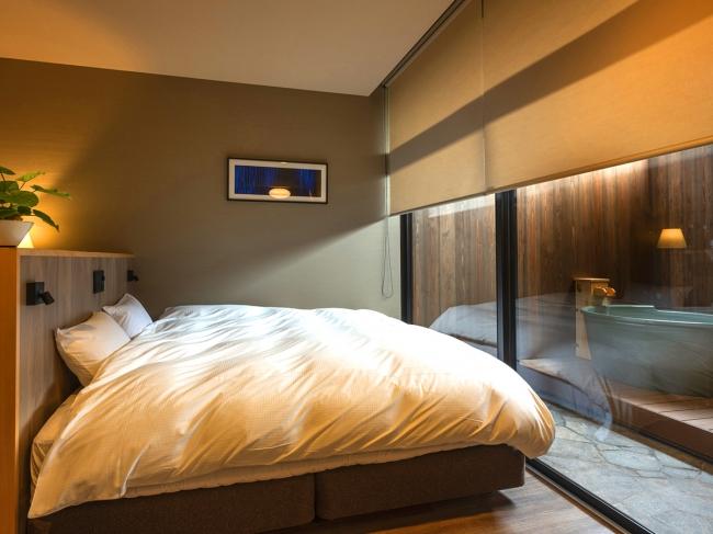 キングサイズのベッドで広々