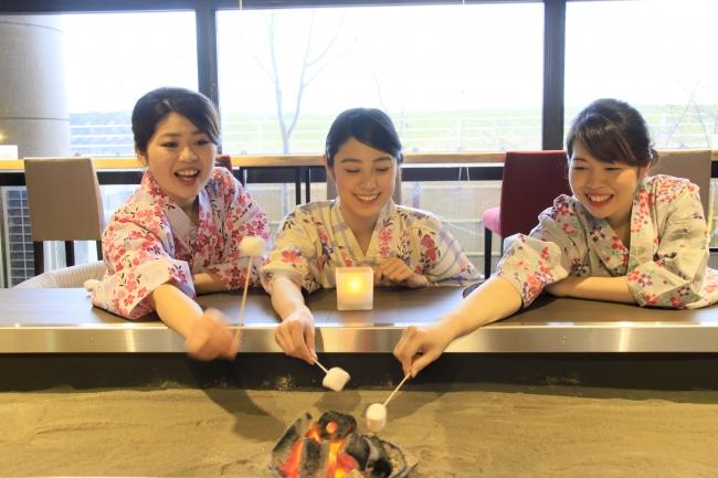特製の囲炉裏でマシュマロ焼き