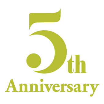 開業5周年ロゴは、  太陽と月のモチーフがオールデイでお過ごしいただく「トキ」を表現しています。