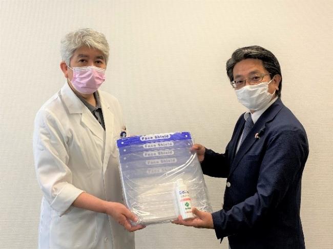 左)横浜市立市民病院 病院長 石原 淳様 、右)当社 医療事業部 上席部長 大里 修治