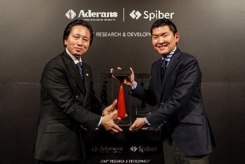 左から、代表取締役社長 津村 佳宏、 Spiber株式会社 取締役兼代表執行役 関山 和秀