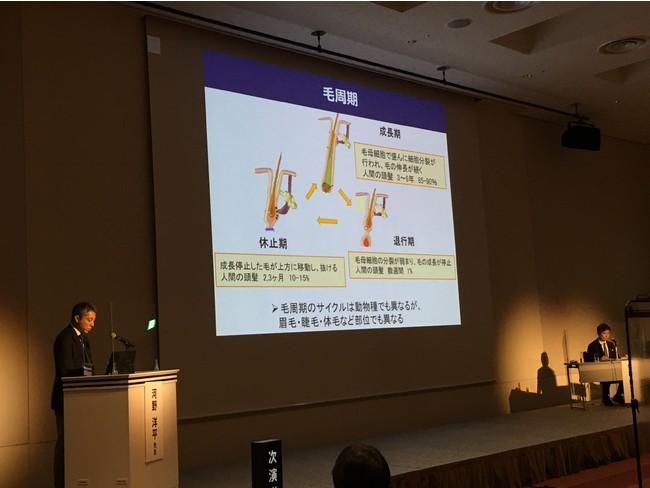 講演中の河野 洋平先生(左)と座長の猪股 雅史先生(右)