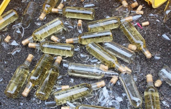 地震で割れ散乱したボトル