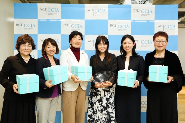 大賞者の藤原久美子さん(右から3人目)、入賞者(右から)大嶋栄子さん、森祐美子さん、石川えりさん、高橋由佳さん、山里世紀子さん