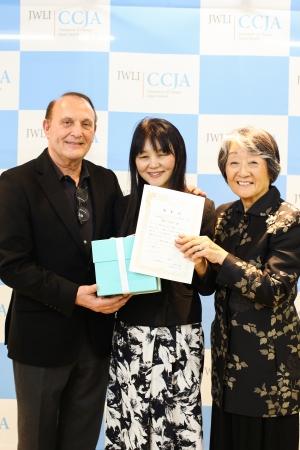 大賞者の藤原久美子さん(中央)、厚子・フィッシュ氏(右)、ティファニー・ジャパン社長 ダニエル・ペレル(左)
