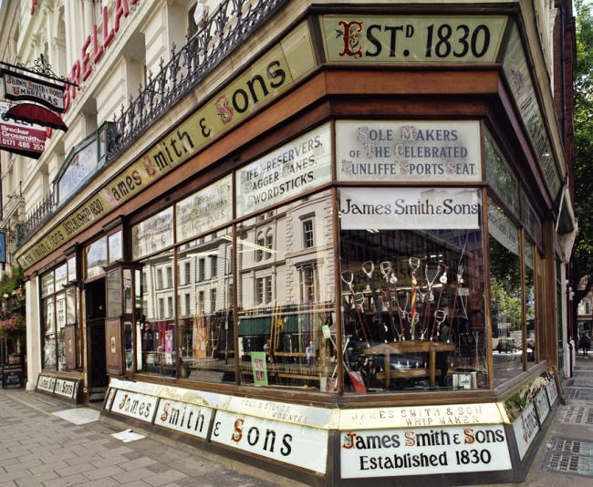 古き良きロンドンらしさあふれるたたずまい。  「創立1830年」の文字が。