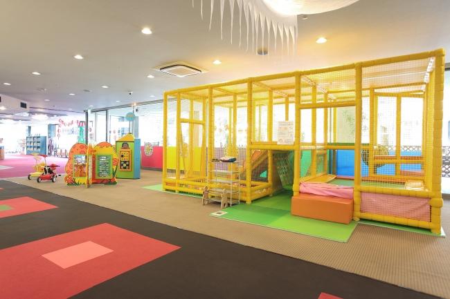 【ロビーキッズスペース】ロビースペースには大型遊具『キッズアスレチック』や各種遊具を設置。