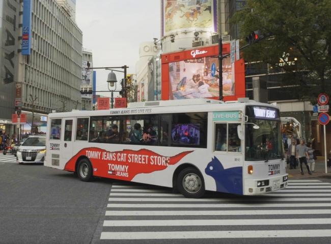 渋谷の街中を走るBUS LIVEバス