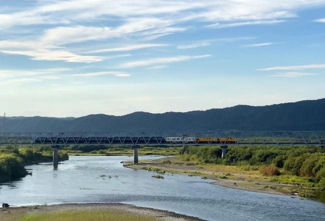 根室線 十勝川橋梁(かわたび北海道提供))を渡る本列車