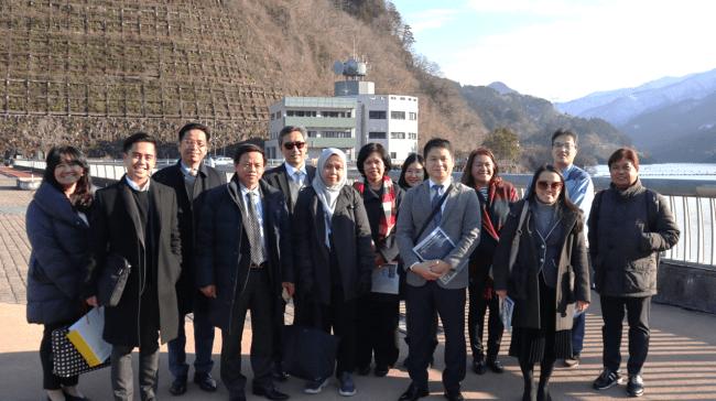 浦山ダムを見学する駐日ASEAN諸国大使館関係者