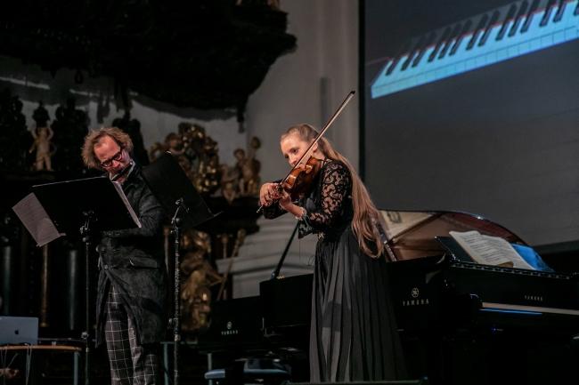 """リンツ・ブルックナー管弦楽団のメンバー(バイオリン、フルート)とも共演、""""時空を超えた合奏""""も披露した。 写真:(c) yog.photo"""