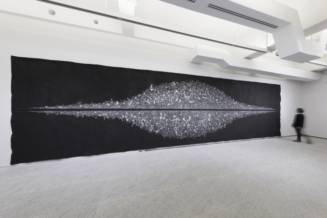 Constellation #19 2017 シルバーインク、土、アクリル、墨汁/キャンバス h270 x w1100cm アーツ前橋(群馬)での展示風景 写真 神宮巨樹 (C) Hiraku Suzuki