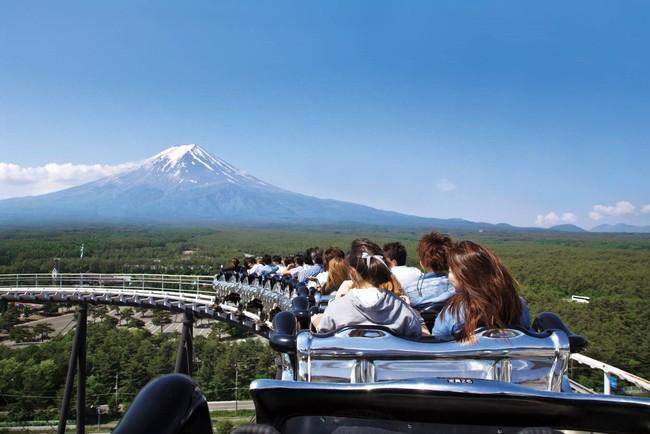 FUJIYAMAスカイデッキ」からは、コースター「FUJIYAMA」と同じ高さから 富士山が一望できる
