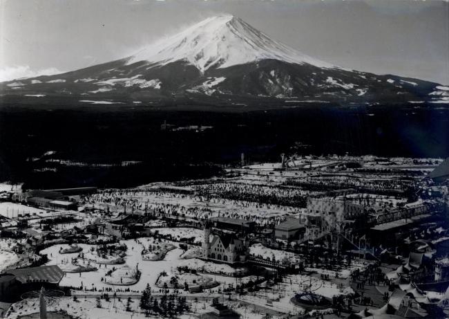 昭和46年(1971年)頃のスケートを楽しむ入園者で賑わう 富士急ハイランド