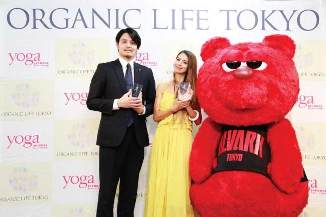 ヨガのイメージアップに貢献した人に贈られるアワード。2017年「ベスト・オブ・ヨギーニ」「ベスト・オブ・ヨギ」は、それぞれ「吉川ひなの」さん、バスケットボールチーム「アルバルク東京」さんが受賞。