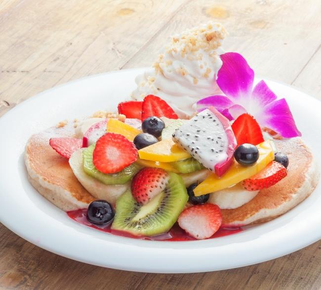アイランドフルーツ・パンケーキ/全粒粉や豆乳ホイップを使用したヘルシーパンケーキ。