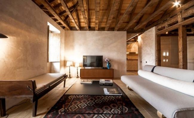リスボン:活気ある中心地に位置するミニマリストながら素朴な家