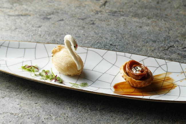 写真上左から:鴨フォアグラ 大根入り 揚げパイ、鮑と海鮮のパイ