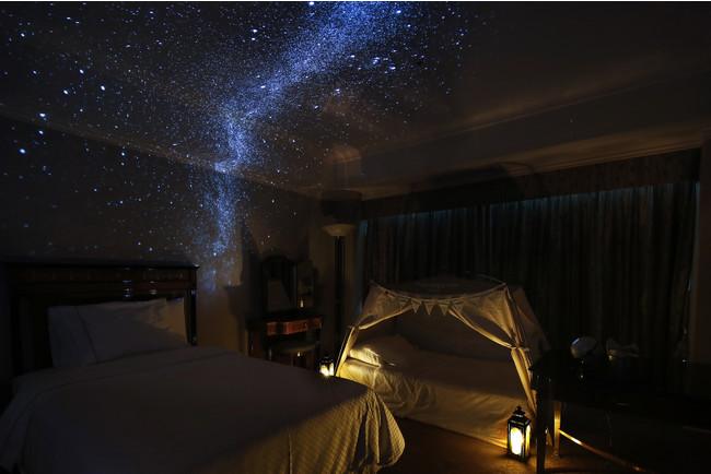 夜はプラネタリウムプロジェクターでキャンプの雰囲気を