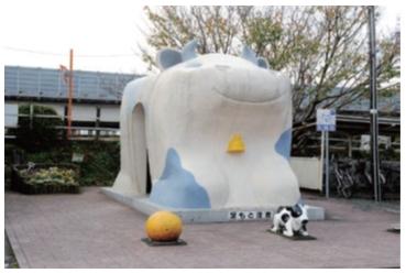 【浜名湖佐久米駅:うし型】三ケ日牛をベースに作られている。近くにみかん鰻のオブジェもありご当地感満載。