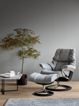 旅館の和室など日本らしい「和」の空間にも合うリクライニングチェアも提案する。ストレスレスレノはそのつつみこまれるような座り心地でブランドを代表するロングセラーモデル。畳の部屋にもよく合う。