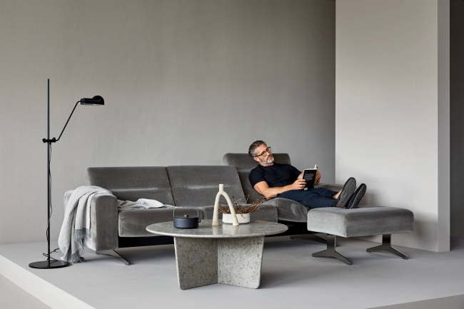 モダンなロッキングソファ、ストレスレス ステラ。オットマンには天板をつけてテーブル代わりにすることもできる。
