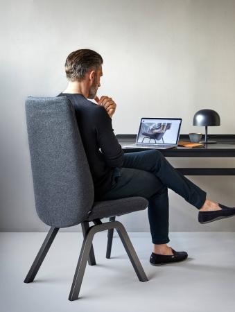 ホテル客室でのデスクチェアにぴったりなストレスレスローレル。スリムなボディにはリクライニング機構が内蔵され、省スペースでのPC作業の集中力を高め、疲れたら背もたれを倒してリラックスを叶えてくれる。