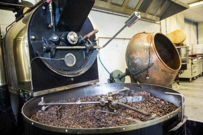 ロースターの具合をカカオ豆によって細かく調整していく