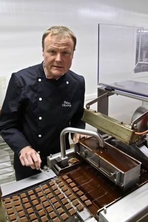 自らカカオの焙煎も行い、チョコレートを作る
