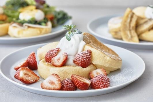 ▲New Key Visual (手前 奇跡のパンケーキ ストロベリー、右奥 奇跡のパンケーキ チョコレート&バナナキャラメリゼ、左奥 エッグベネディクトパンケーキ