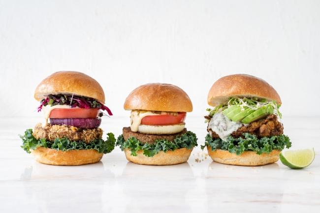 左から)べジー カツレツバーガー、べジー バーガー、バターミルク チキンバーガー