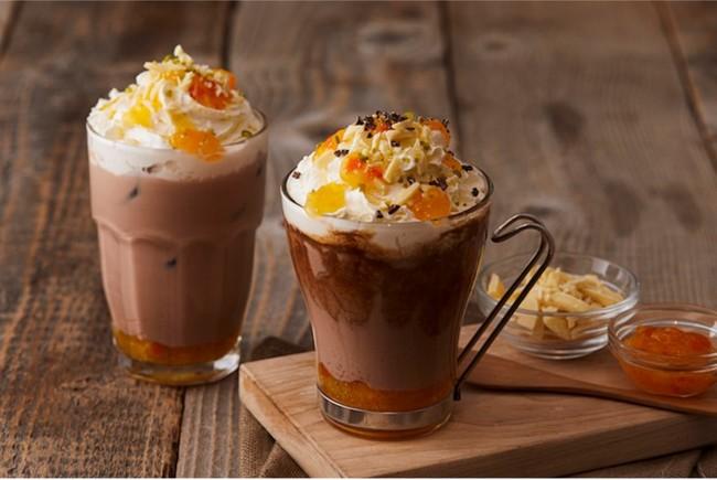 左)マンダリンオレンジチョコレート(ICE)、右)マンダリンオレンジモカ(HOT)