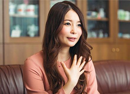 胸元に手を当てる中川翔子