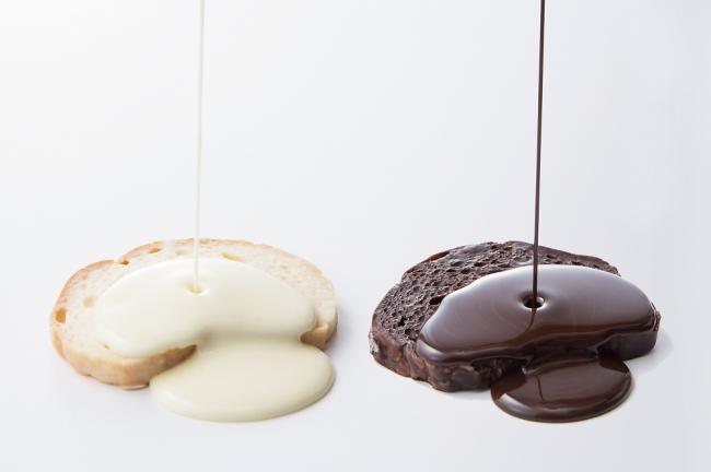 職人が一枚一枚手間をかけてチョコレートを染み込ませる