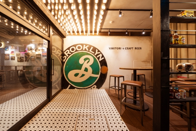 「ブルックリン・ラガー」のロゴがお出迎え!本工場と同じデザインの壁
