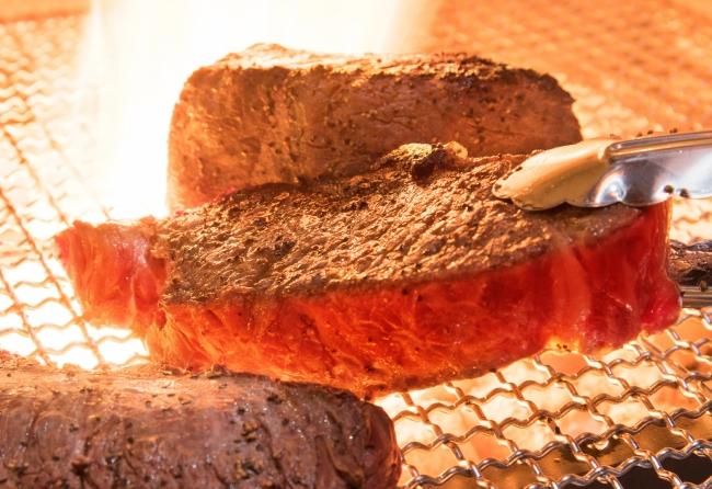 プロが魅せる絶妙な焼き加減がさらに肉の旨さを引き立てる