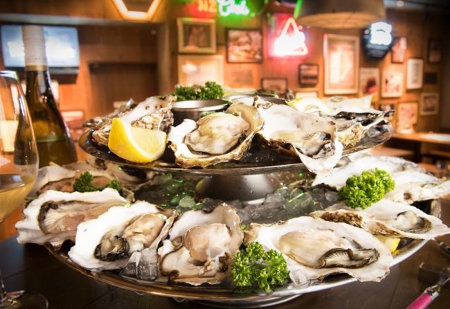 様々な種類の生牡蠣を24個盛り合わせた圧巻の「24 OYSTER PLATTER(オイスタープラッター)」