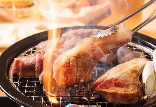 レアで食べる特大の「生ラムチョップ」750円(税別)/1本