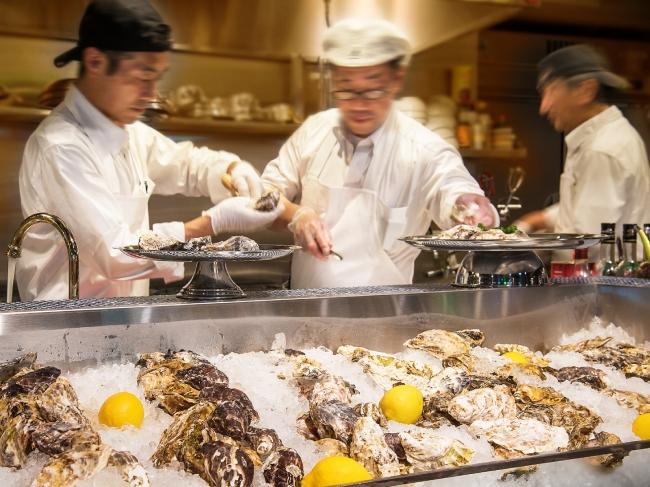 記念日なので、  どんどん牡蠣を剝きます!牡蠣でお腹一杯も夢じゃない